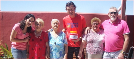 Hernán Martínez, junto a usuarios de AFA Torrevieja