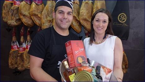 Rocío Morales Gil, recibe el premio de manos de Andrés Ruiz