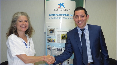 José Francisco Fernández, director de la Oficina Principal de Caixabank Torrevieja y Almudena Valdés, Presidenta de ASSIMEP