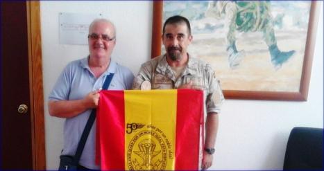 El presidente y vicepresidente lucen la bandera recibida como regalo