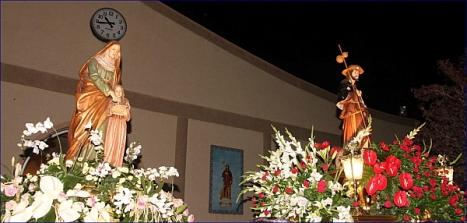 San Roque , patrón del Barrio procesiona con la imagen de Santa Ana