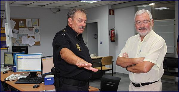 El alcalde visita la oficina de documentaci n y for Oficina de empleo torrevieja