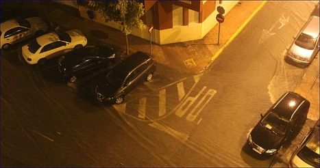 Vista de la calle anegada por la lluvia hace una hora en Torrevieja