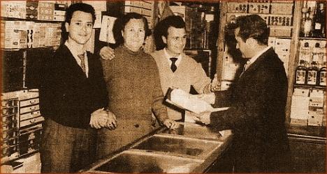 De izda. a dcha.: Pepe Riera Hernández (+2014); Antonio Sánchez Perelló; Casimiro Riera Hernández (+23.9.2015). El cliente es Rafael Blanco.
