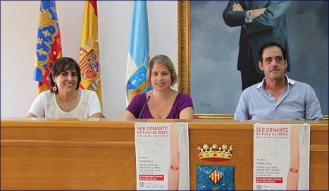 Carmen Morate, junto al cocnejal de cultura y la coordinadora de donaciones en rueda de prensa