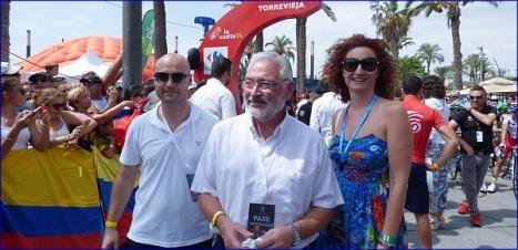 Pablo Samper, junto al alcalde José Manuel DOlón y Fanny Serrano en la Vuelta