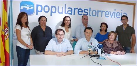 Eduardo Dolón, portavoz del PP, rodeado de todos los concejales del PP, a¡excepto Miguel Maríinez e Ita Riera