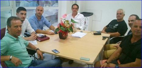 Representantes de Sueña Torrevieja y los vecinos de Azahar del Mar, durante la reunión