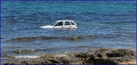 Vista del automóvil en el interior del agua una vez rescatados los usuarios