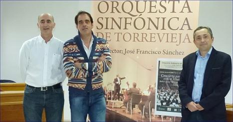 Los participantes en la rueda de prensa posan junto al cartel anunciador (Foto: J. Carrión)