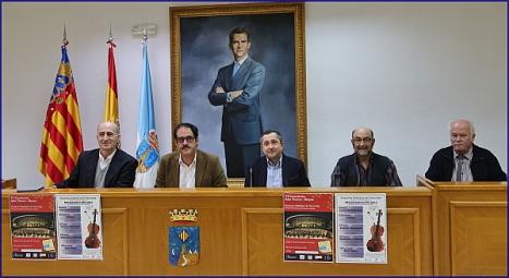 pelayo Mellado, presidente de la Asociaci´çon Ars Aetheria, jutnoal cocnejal¡ de Cultura, Alejandro Blanco, eld irectyor de la Orquesta, Jose A. Sánchez y parte de su junta directiva