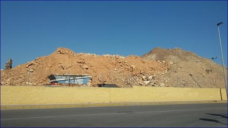 Aspecto que tenía ayer la montaña de arena y tierra, de la Avda. Rosa Mazón