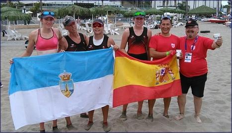 Las campeonas del mundo, con Moncho Ferrer, enarbolan las banderas de Torrevieja y España