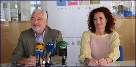 El alcalde, Jose M. Dolón (LV), junto a la cocnejal de Turismo, Fanny Serrano (PSOE)