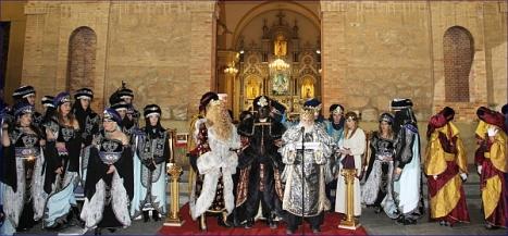 Los Reyes Magos se dirigen a los niños de Torrevieja, tras la adoración al niño (Foto: Alfonso P.)