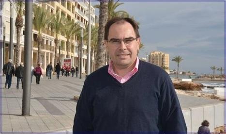 Joaquín Albaladejo, junto al mar en uno de los paseos de Torrevieja. / F. R.