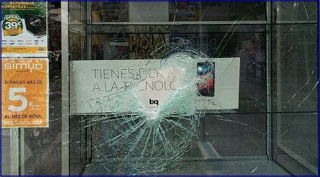 Escaparate de comercio, tras el impacto (Foto: M.A. Villar)