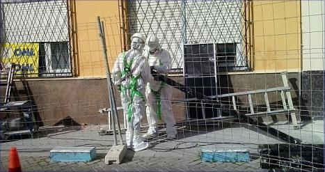 Trabajadores que retiran las antiguas conducciones de amianto. :C. S.