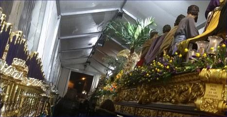 Aspecto de la carpa, anoche a las 21m00 horas. En primer término la Sagrada y Última Cena de Víctor García Villagordo