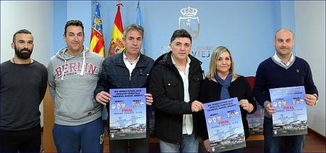 Los participantes en la rueda de prensa, posan colo carteles anunciadores, al final de la misma (Foto: J. Carrión)