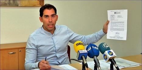 El concejal del PP, Luis María Pizana ayer en rueda de prensa (Foto: J. Carrión)