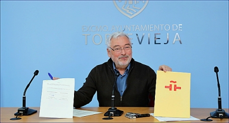 El alcalde exhibe los documentos firmados (Foto: Joaquín Carrión)