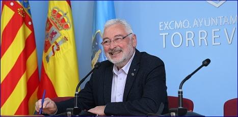 El alcalde J J. Manuel Dolón, ayer en la rueda de prensa (Foto: J. Carrión)