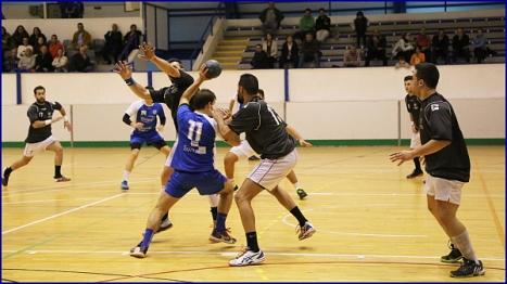 Iván Ríos intenta zafarse de sus defensores (Foto: R.B.)
