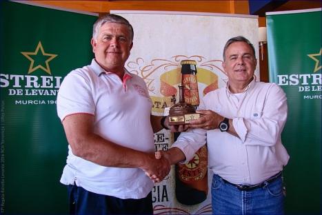 Eduardo Gil, del Fyord-Maverta, recibiendo el trofeo de manos de Patricio Valverde- ©Pep Portas