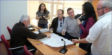 El alcalde muestra el proyecto a los medios de comunicación (Foto: J. Carrión)