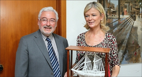 La consellera recibió el Barco de Sal de Torrevieja del manos de José M. Dolón (Foto: J. Carrión)