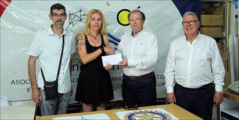 Momento de la entrega del donativo (Foto: J. Carrión)
