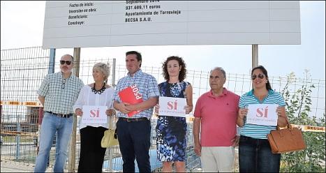 Lä delegación socialista, a la entrada de lasobras (Foto: J. Carrión)