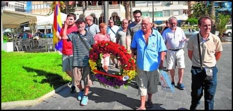 Homenaje portando una corona con los colores de la República (Foto: F. Reyes)