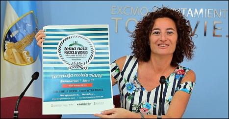 Fanny Serrano, muestra el cartel promocional (Fotto: J. Carrión)