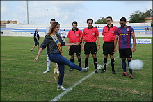 La Reina de la sal, Marta Andreu,  hace el saque de honor