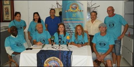 Maria Nubia Salazar, entre algunos miembros de la Asociación