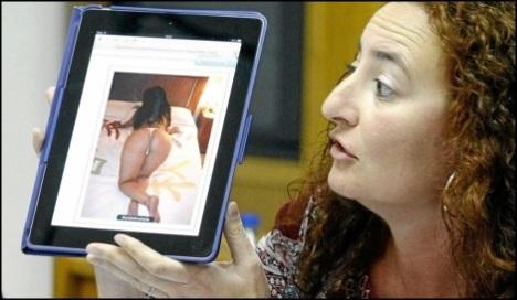 Fanny Serrano, muestra un Ipod en el que supuestamente se contactaba con con prostituta por parte del ex-concejal Daniel Plaza