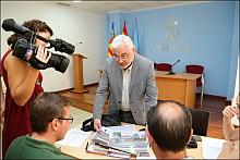 El alcalde explica a la prensa los pormenores del paso (Foto: J. Carrión)