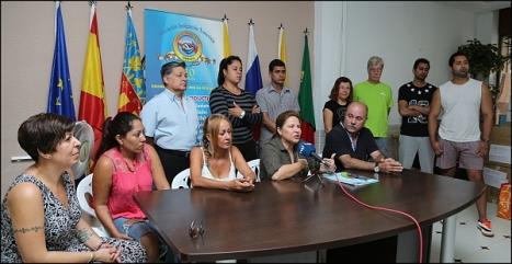 María Nuvia Salazar, junto a Tomás Ballester y un grupo de voluntarios en la rueda de prensa (Foto: J. Carrión)