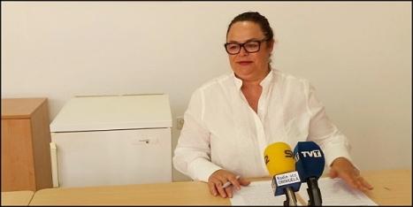 Carmen Gómez, junto al frigorífico en cuestión, ayer en rueda de prensa