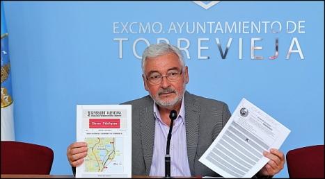 José Manuel Dolón, muestra la documentación recibida a la prensa (Foto: J. Carrión)