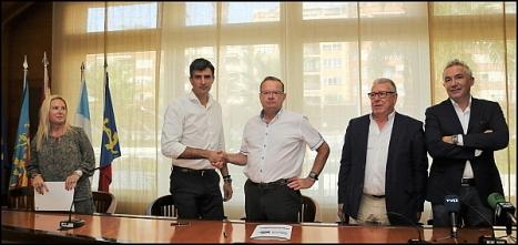 Los firmantes, tras la firma del acuerdo (Foto: J. Carrión)