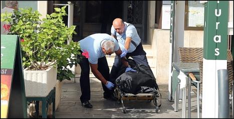 Momento en que el cadáver es sacado del domicilio (Foto: J. Carrión)