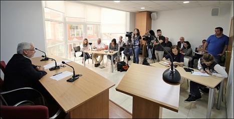 """El alcalde comunicando la remodelación del gobierno, tras la marcha de """"Sueña Torrevieja"""" (Foto: J. Carrión)"""