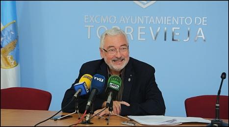 El alcalde, José M. Dolón -LV- en rueda de prensa (Foto: J. Carrión)