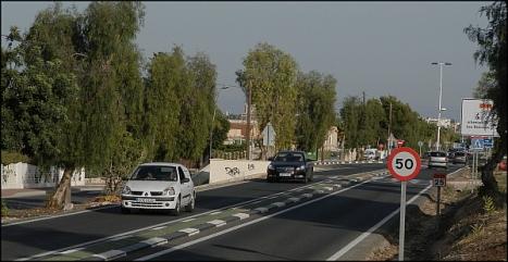 La carretera a su paso por la Urbanización Los Balcones