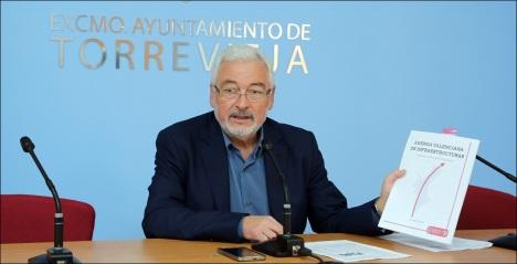 El alcalde muestra el documento de la Generalitat que refleja su petición (Foto: J. Carrión)