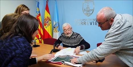 El alcalde explica a los medios el proyecto de recepción del tren a Torrevieja (Foto: J. Carrión)