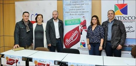 La concejal de comercio Manuel Osuna rodeada de los representantes de las distintas Asociaciones Comerciales de la ciudad (Foto: J. Carrión)